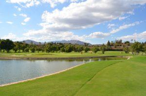 parcours de golf avec lac en espagne