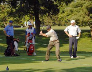joueur de golf et caddie pendant sur un parcours