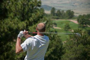 golfeur musclé qui joue au golf